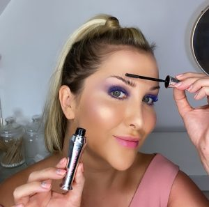 Lauren using 24-hour brow setter gel