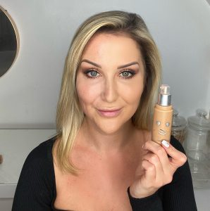 Model applying Benefit Cosmetics Hello Happy Flawless Brightening Foundation