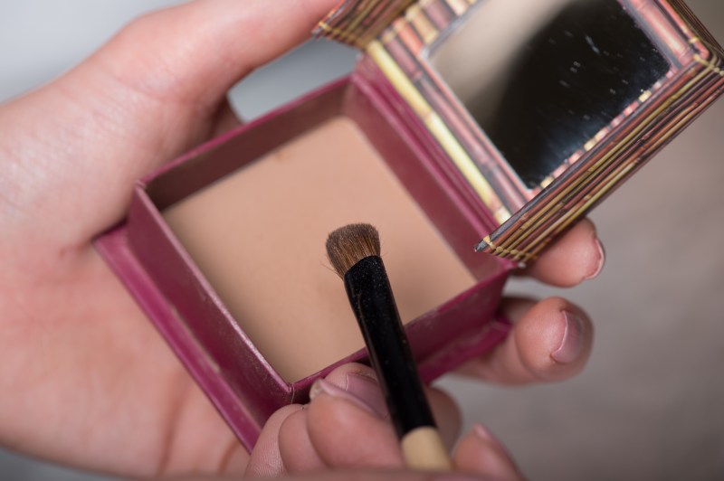 Step 7-Apply hoola on eye shadow brush